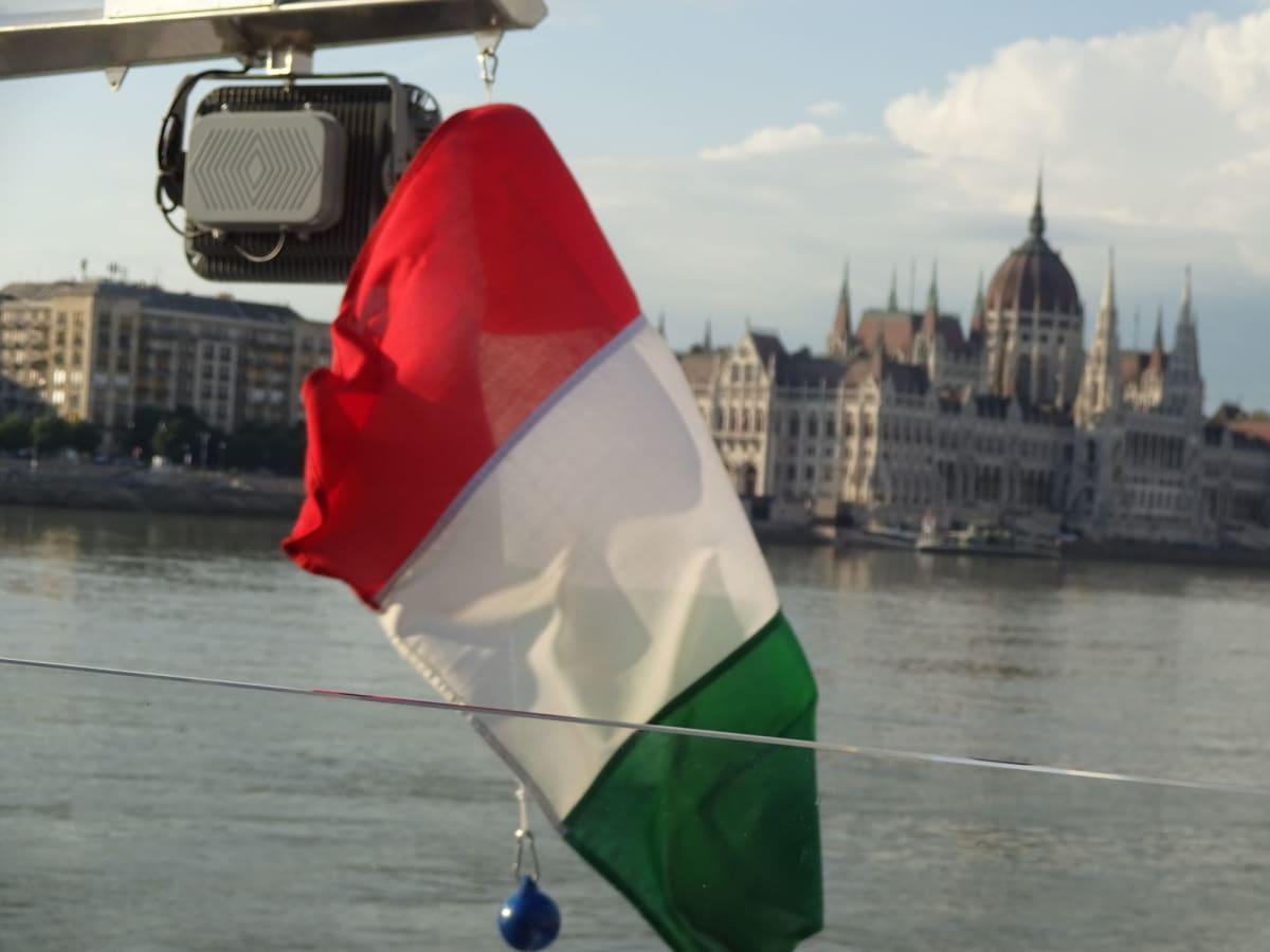 それぞれの国旗と 記念撮影しておけば良かった | ブダペストでの客船エメラルド・デスティニー