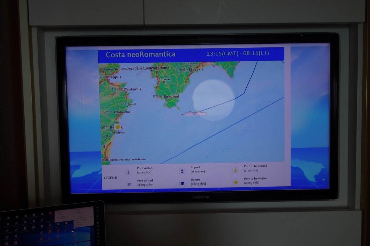 乗船3日目、0835時頃の本船位置を示す、自室キャビンのTVモニター。常に本船の位置や速力、風向等が出ているので、安心感がある。 | 客船コスタ・ネオロマンチカの客室