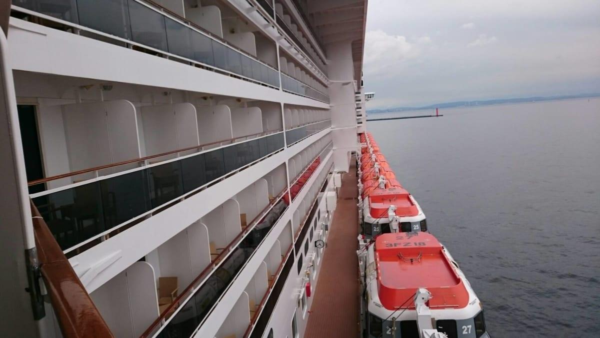バルコニーから船首の方は見えますが船尾は見られません。 | 客船MSCスプレンディダの外観