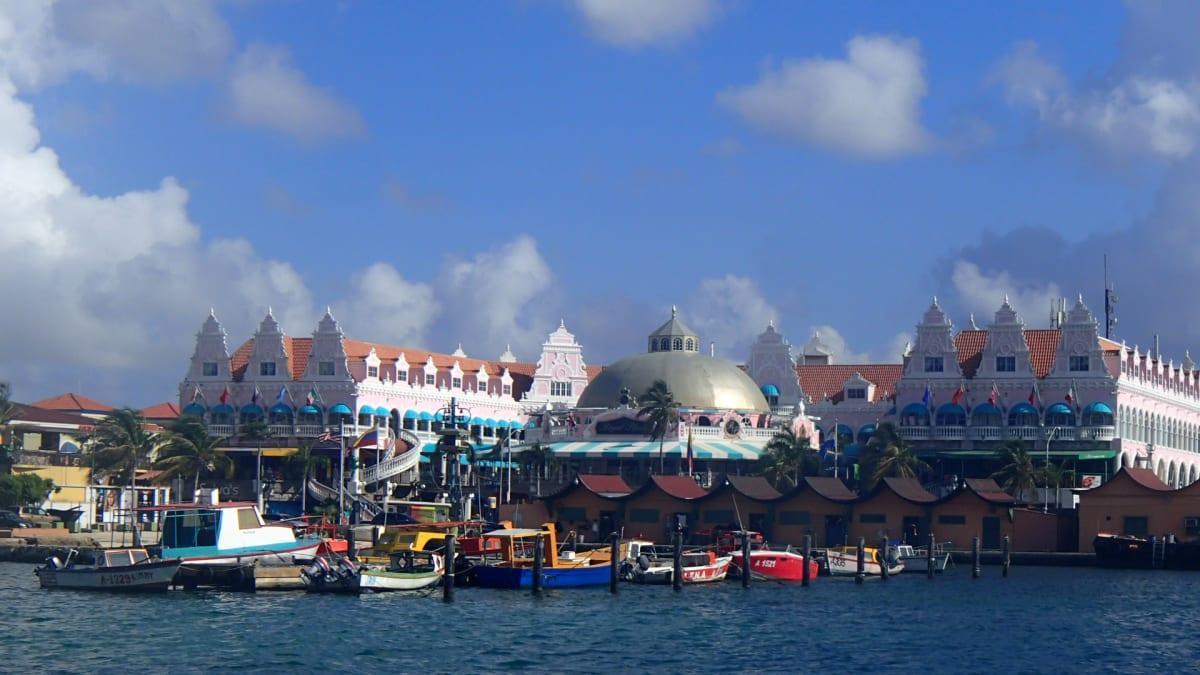 ベネズエラに近い西インド諸島南部にあるアルバ。オランダの自治領なので、建物も他のカリブ海の島々と違った雰囲気。   オラニエスタッド(オランダ自治領アルバ島)