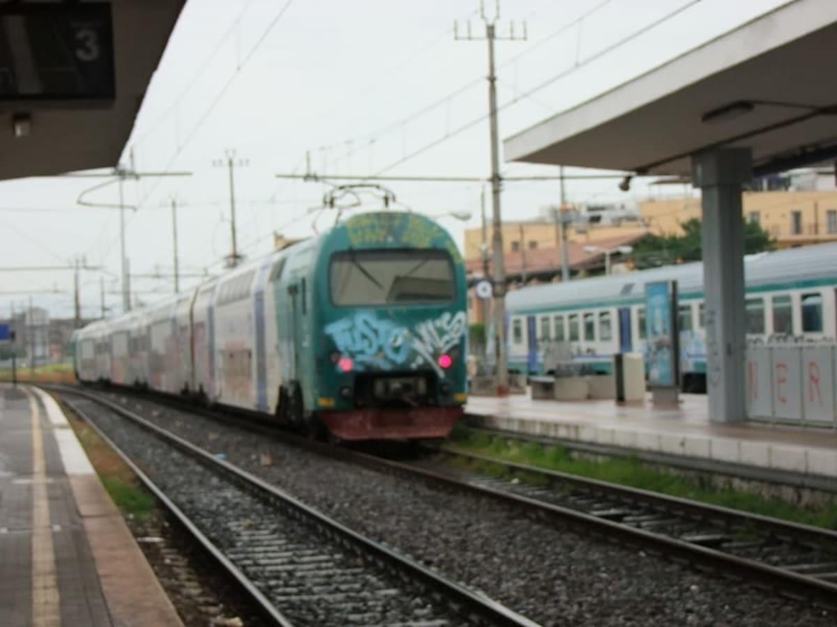 チビタベッキアに向かう各駅停車の列車はなかなか来なかった。