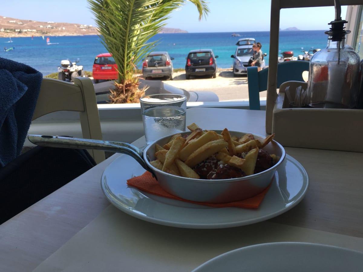 カラファティスビーチの横のレストラン。かなり美味しかったです。 | ミコノス島