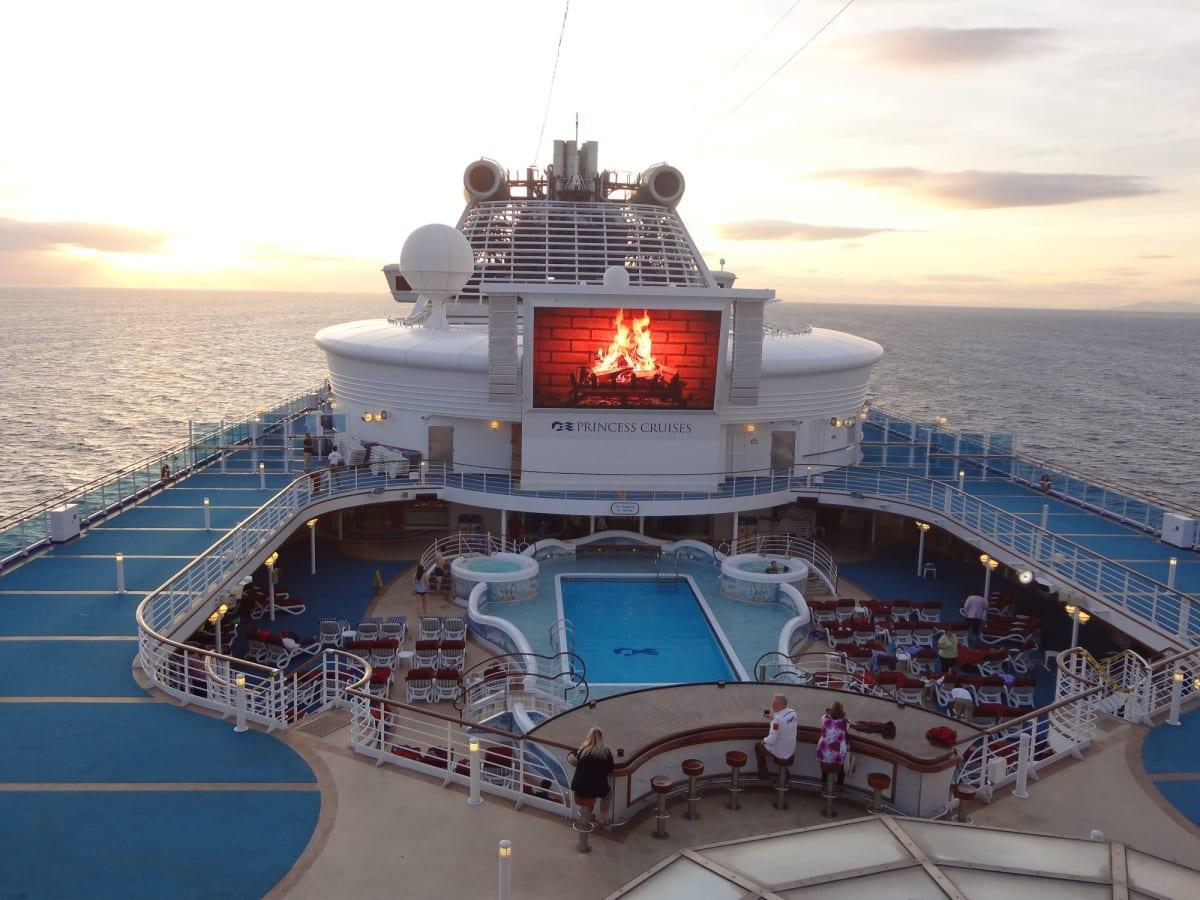 客船ダイヤモンド・プリンセスの外観、船内施設