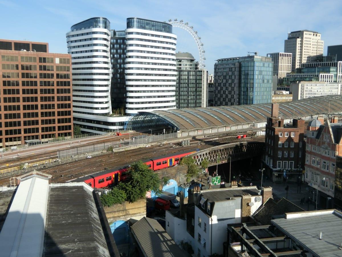 ホテルの窓からからロンドンアイ方向を写す。手前が大きなウオータールー駅の屋根。