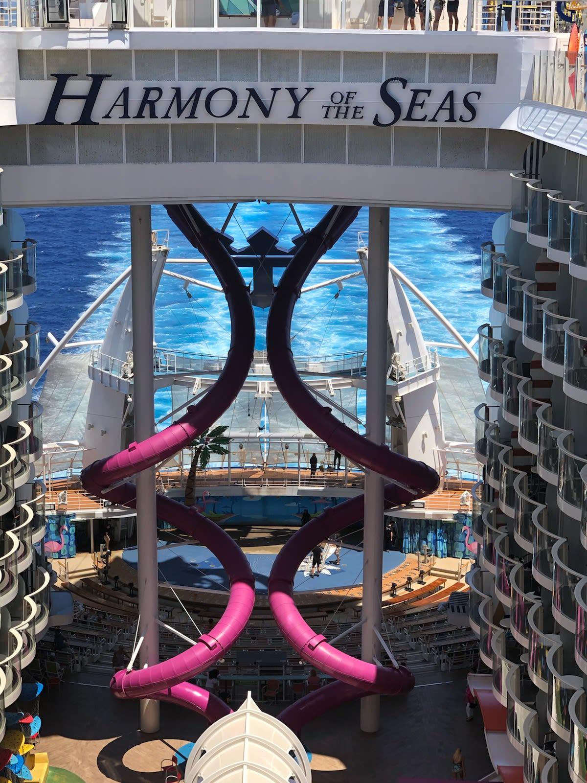ハーモニー・オブ・ザ・シーズ アクアシアター方面より   客船ハーモニー・オブ・ザ・シーズの外観、船内施設