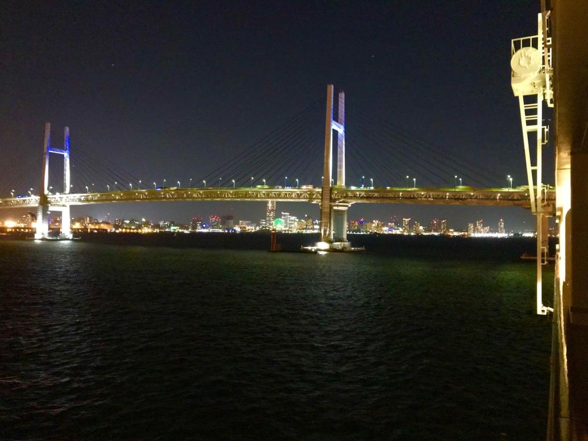 普通は見れない側からベイブリッジの夜景を楽しみながら出航   横浜での客船MSCスプレンディダ