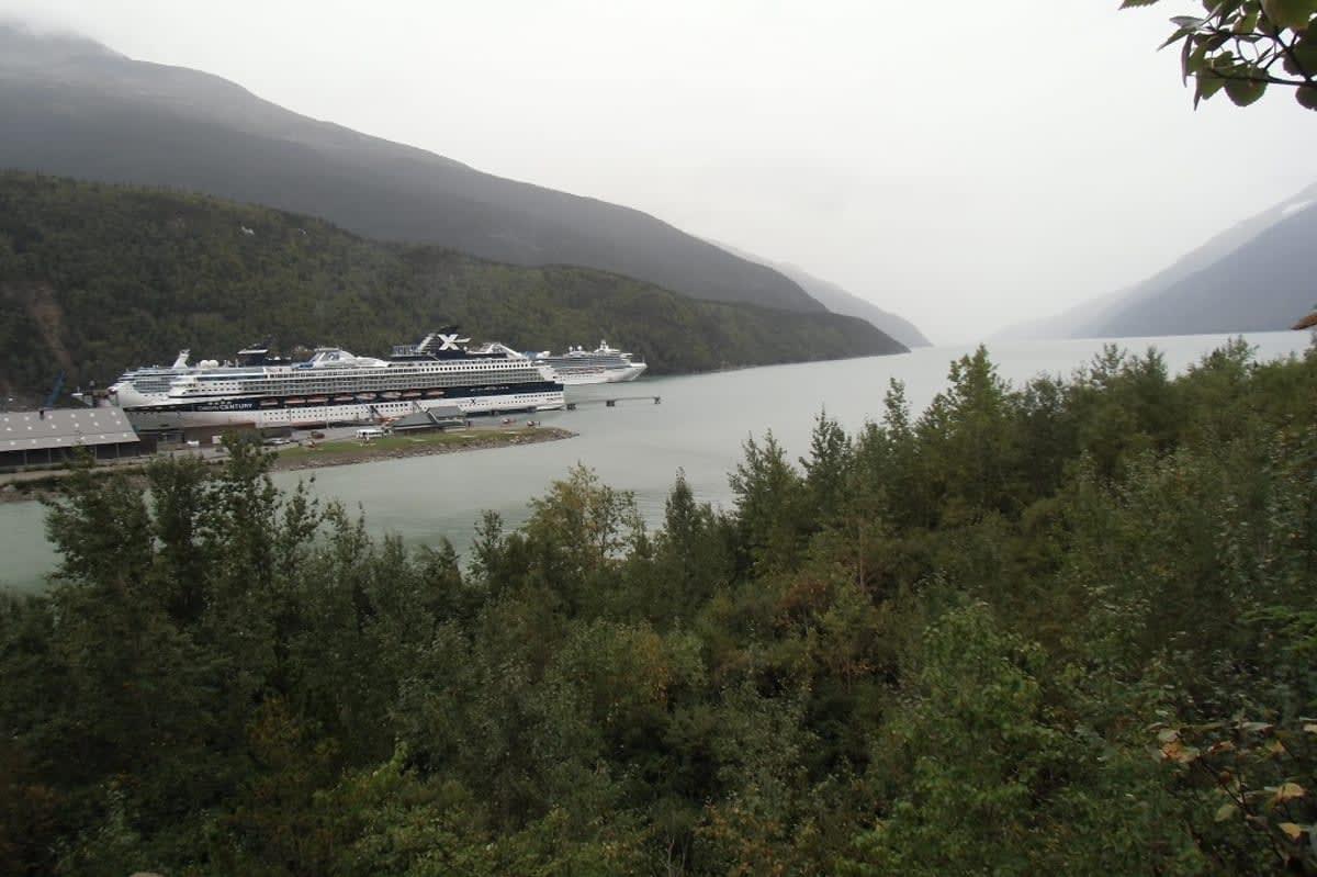 9月19日、Skagwey で再び Celebrity Century に遭遇。その背後に我々が乗る Island Princess が停泊している。