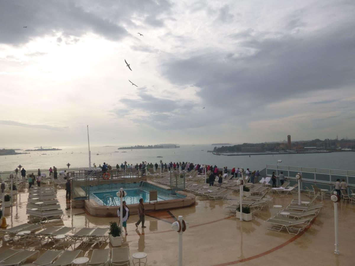 初めてのクルーズをベニスから。出港時には大雨だったが、サンマルコ寺院を過ぎるころには雨もやみ結局、嬉しい船出となった。 | ヴェネツィアでの客船クイーン・エリザベス