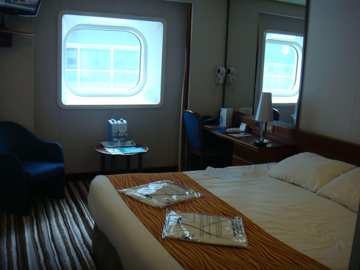 今回の部屋はオーシャンビュー。 室内の水やガウンは有料だったので、手はつけなかったと思う。 | 客船パシフィック・ジュエルの客室