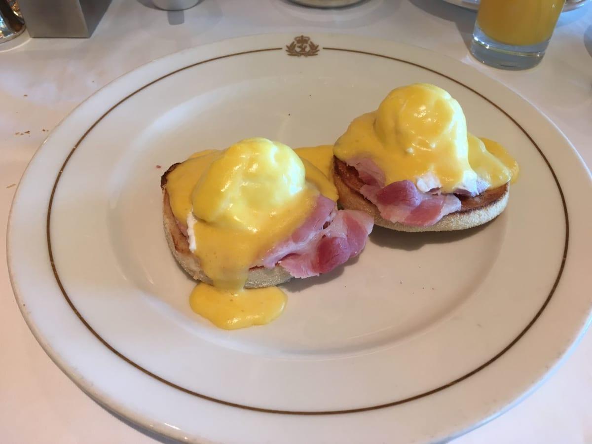 テーブルサービスのレストランでのお勧めの朝食、エッグ・ベネディクト   客船クイーン・エリザベスのダイニング、フード&ドリンク