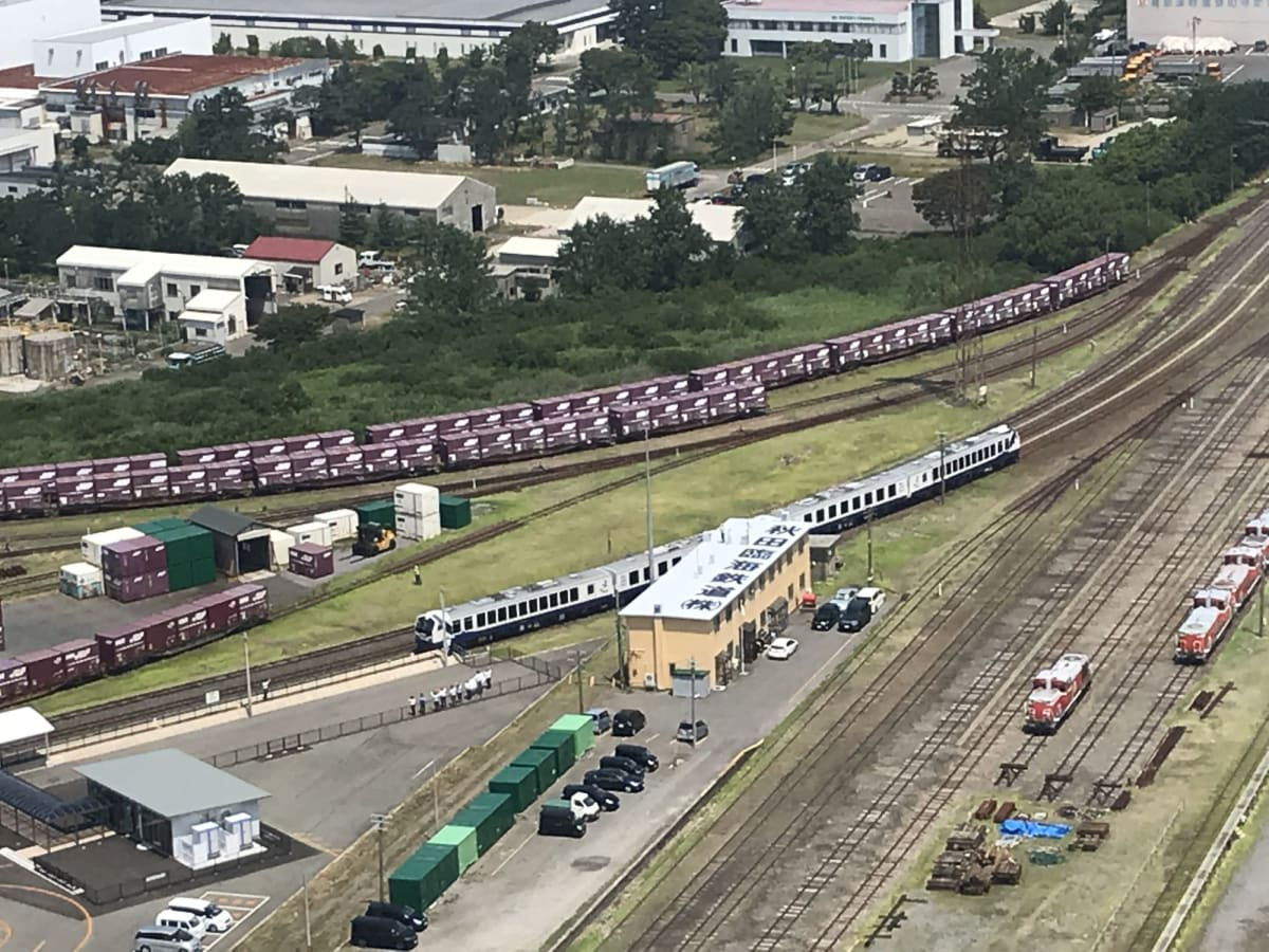 秋田港駅、船客専用列車出発です。駅は港を出れば数分。セリオンタワーから。