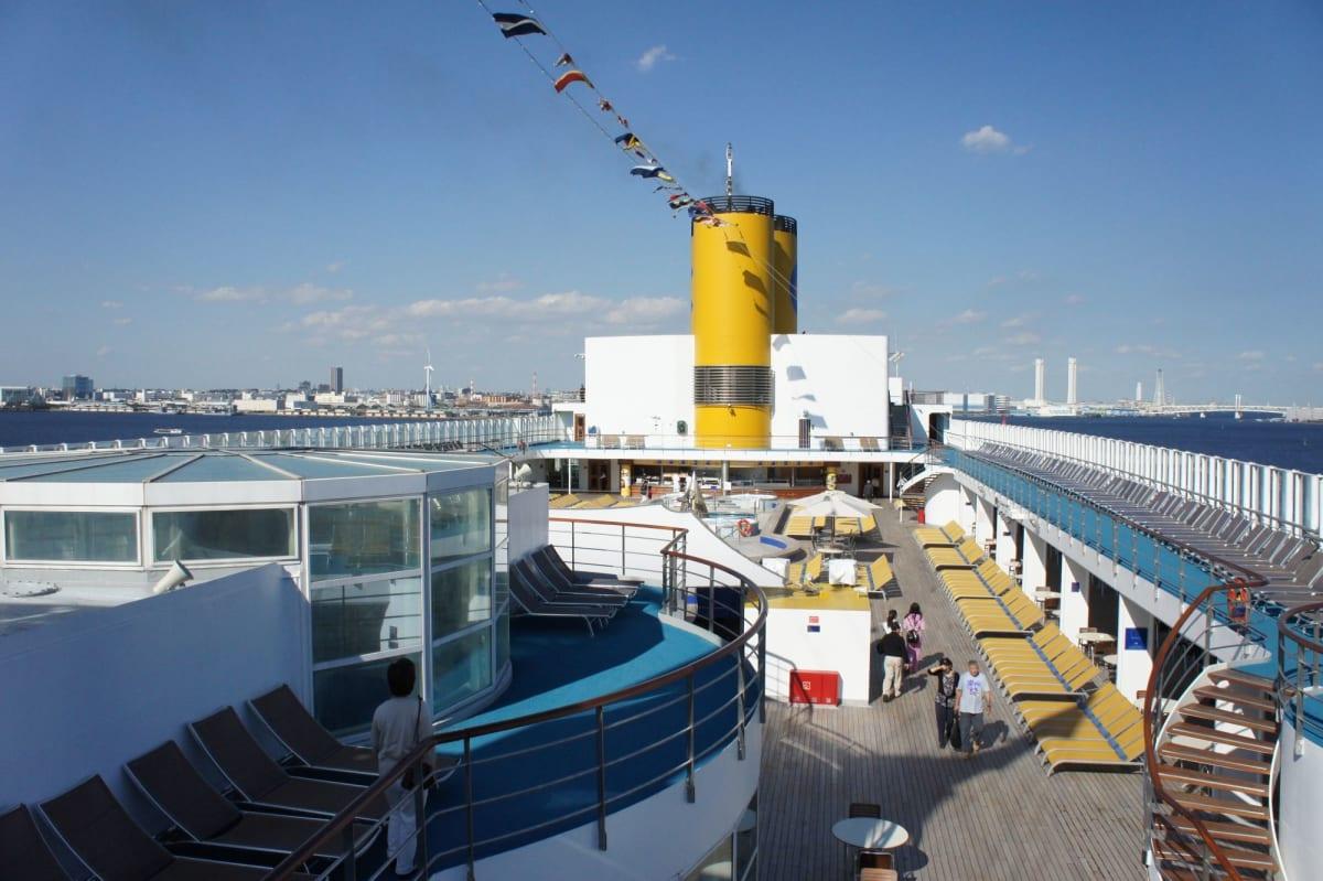 黄色いファンネルがコスタ   客船コスタ・ビクトリアの外観、船内施設