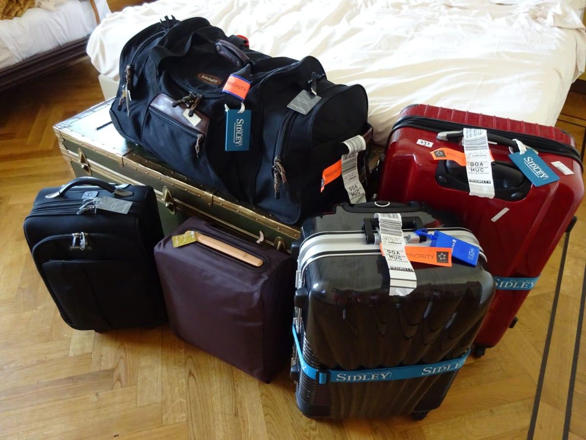 2人で手荷物3つ。機内持ち込み2つ。 2人でこれを運ぶのは大変でした。 フォーマルドレス、靴が荷物になるのが 欠点かと。。