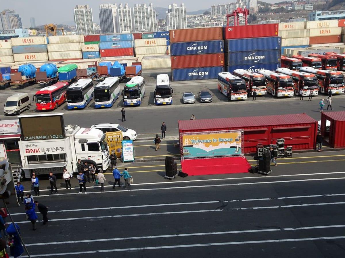 釜山港に入港。なんと、貨物港に入りました。 正面左に両替所が見えてます。 | 釜山