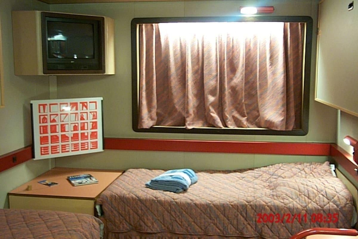 内側の客室なのに、フェイクな窓枠。期待してカーテン開いたら、ただの壁でした。 | 客船カーニバル・エクスタシーの客室