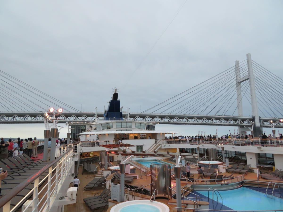 さあいよいよ11日間のクルーズの始まり!始まり! 横浜・大さん橋を出港しベイブリッジを潜り抜けます。 | 横浜での客船セレブリティ・ミレニアム