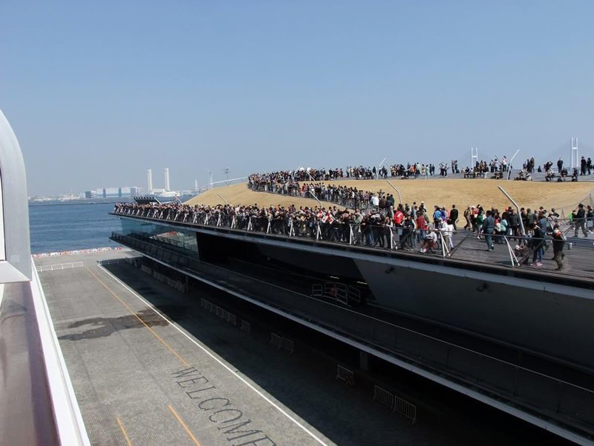 2014年3月17日 QEを観る為、横浜・大桟橋に集った人の群れ | 横浜での客船クイーン・エリザベス