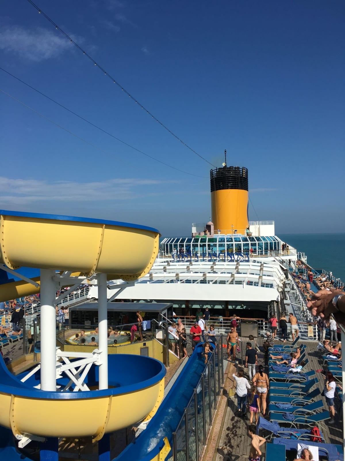 10月末でしたが晴れた日は賑やかでした | 客船コスタ・ファシノーザの外観、船内施設
