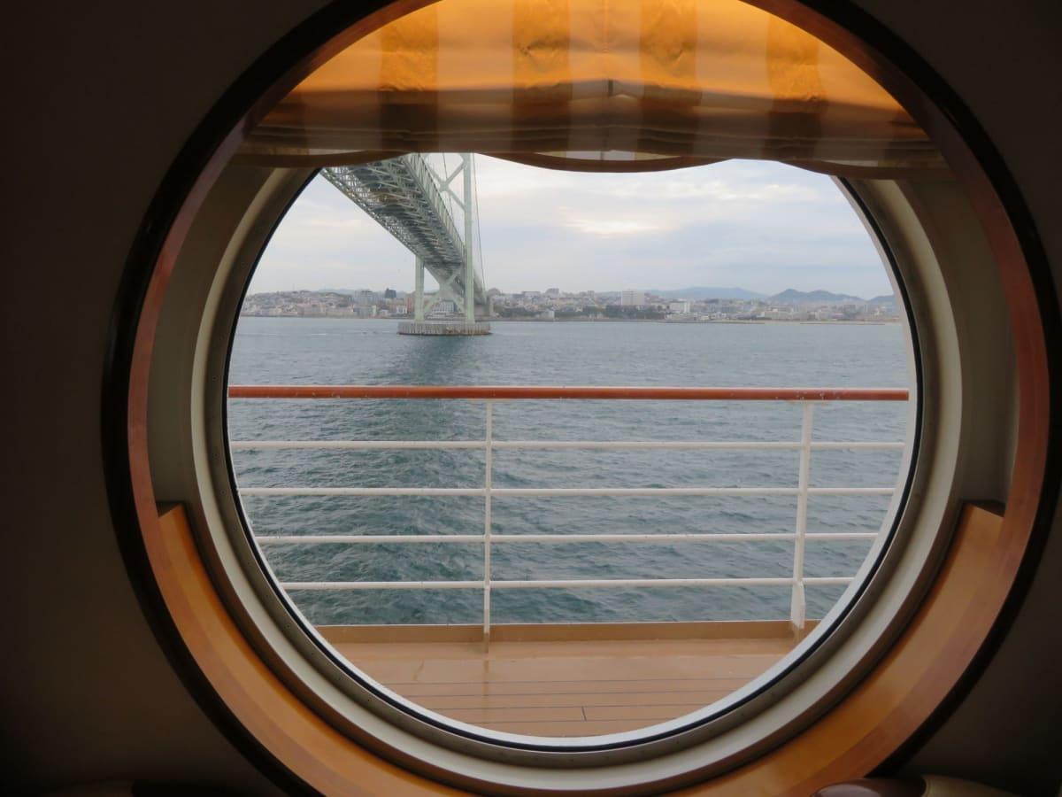 明石海峡大橋を潜り抜け にっぽん丸のシンボル・丸窓から眺める景色が素敵!