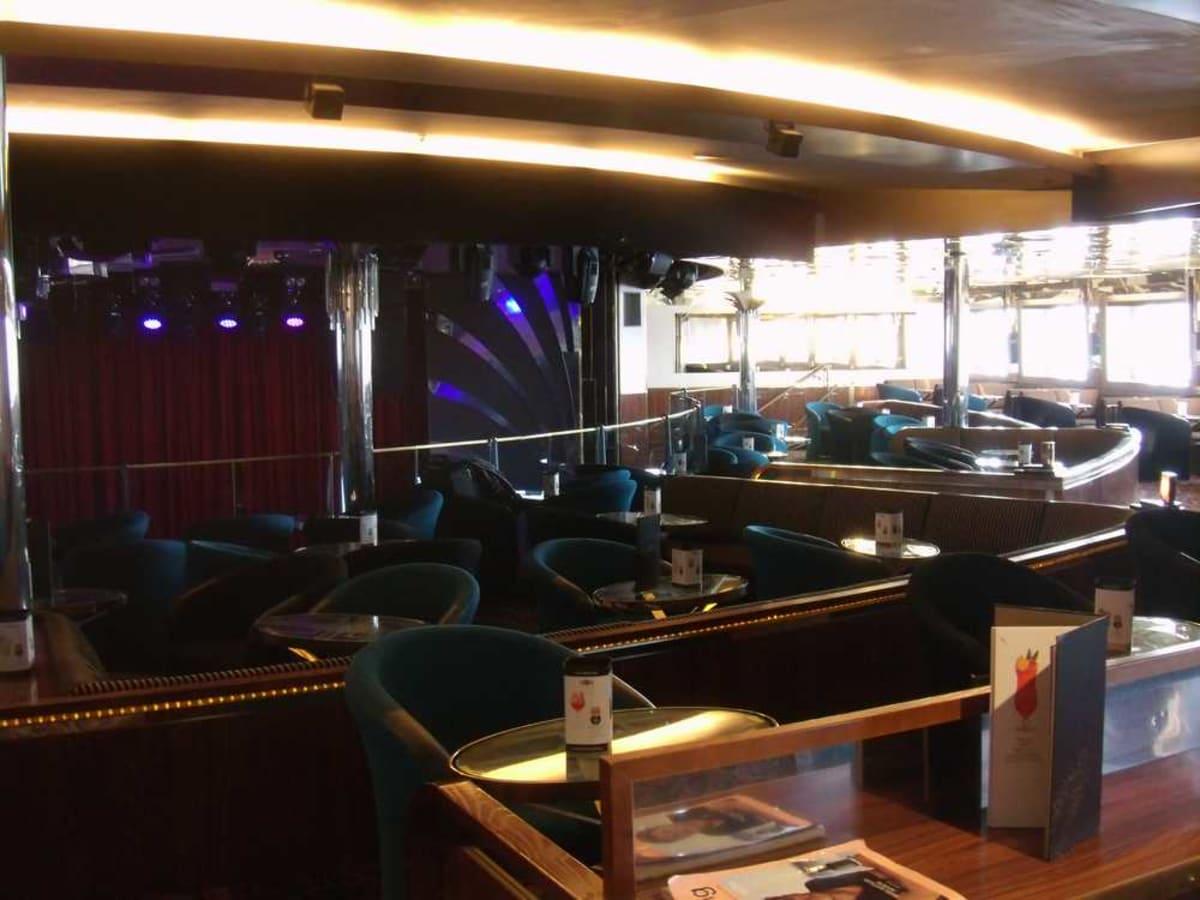 ナイトクラブStarlight。左奥はステージのカーテン。   客船ギャラクシーの船内施設