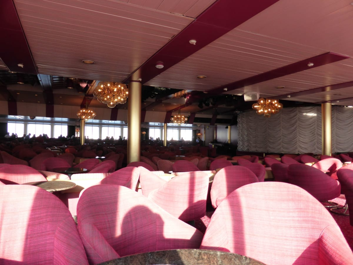 ラウンジも一昔前の雰囲気 | 客船ルイス・オリンピアの船内施設