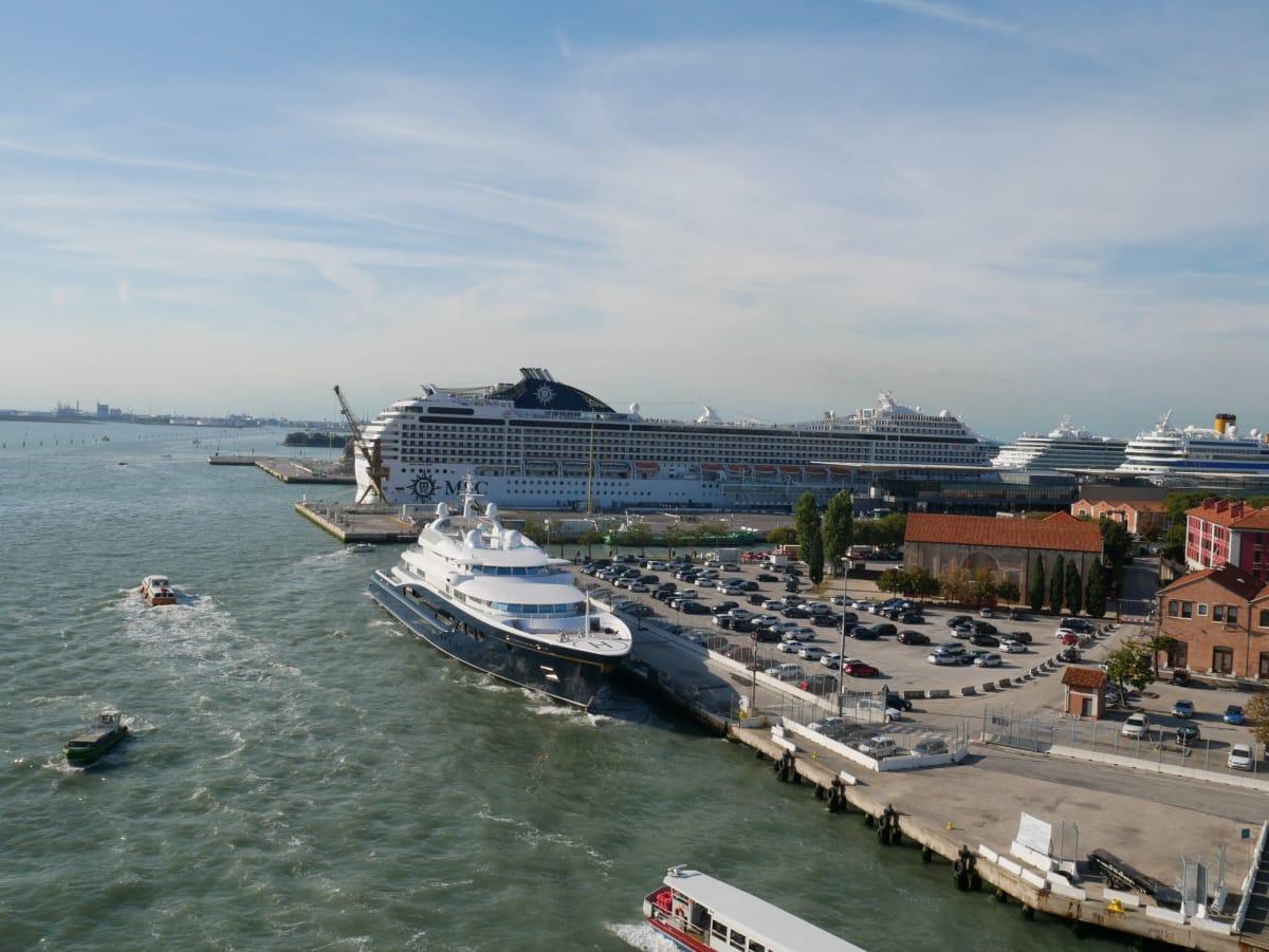 Venezia港を予定通り16:30に出航 | ヴェネツィアでの客船MSCシンフォニア