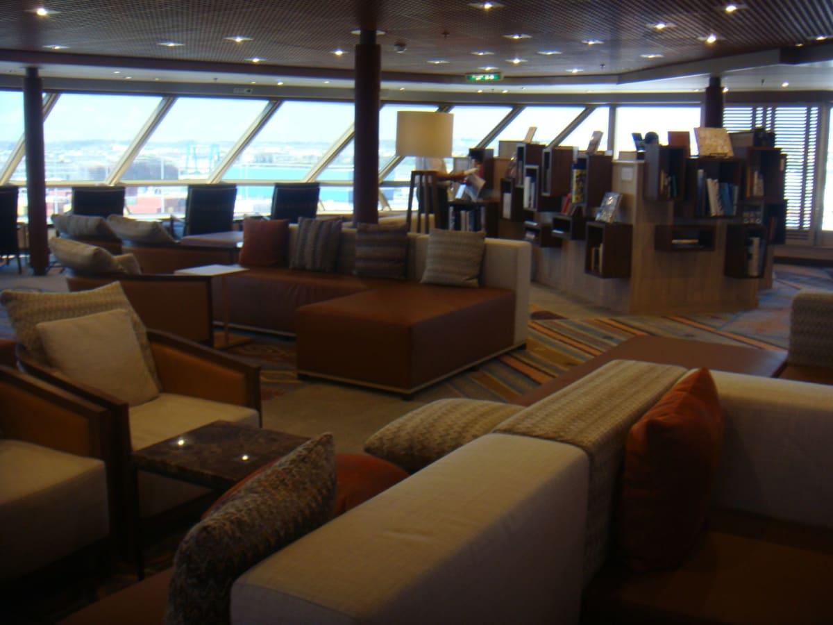ラウンジ件図書室。改装されてとてもモダンな雰囲気に。 | 客船ウエステルダムの船内施設