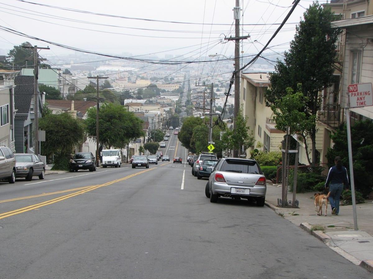 マーケット通りの延長線ともなる坂道を真っ直ぐに登って行きます。 | サンフランシスコ(カリフォルニア州)