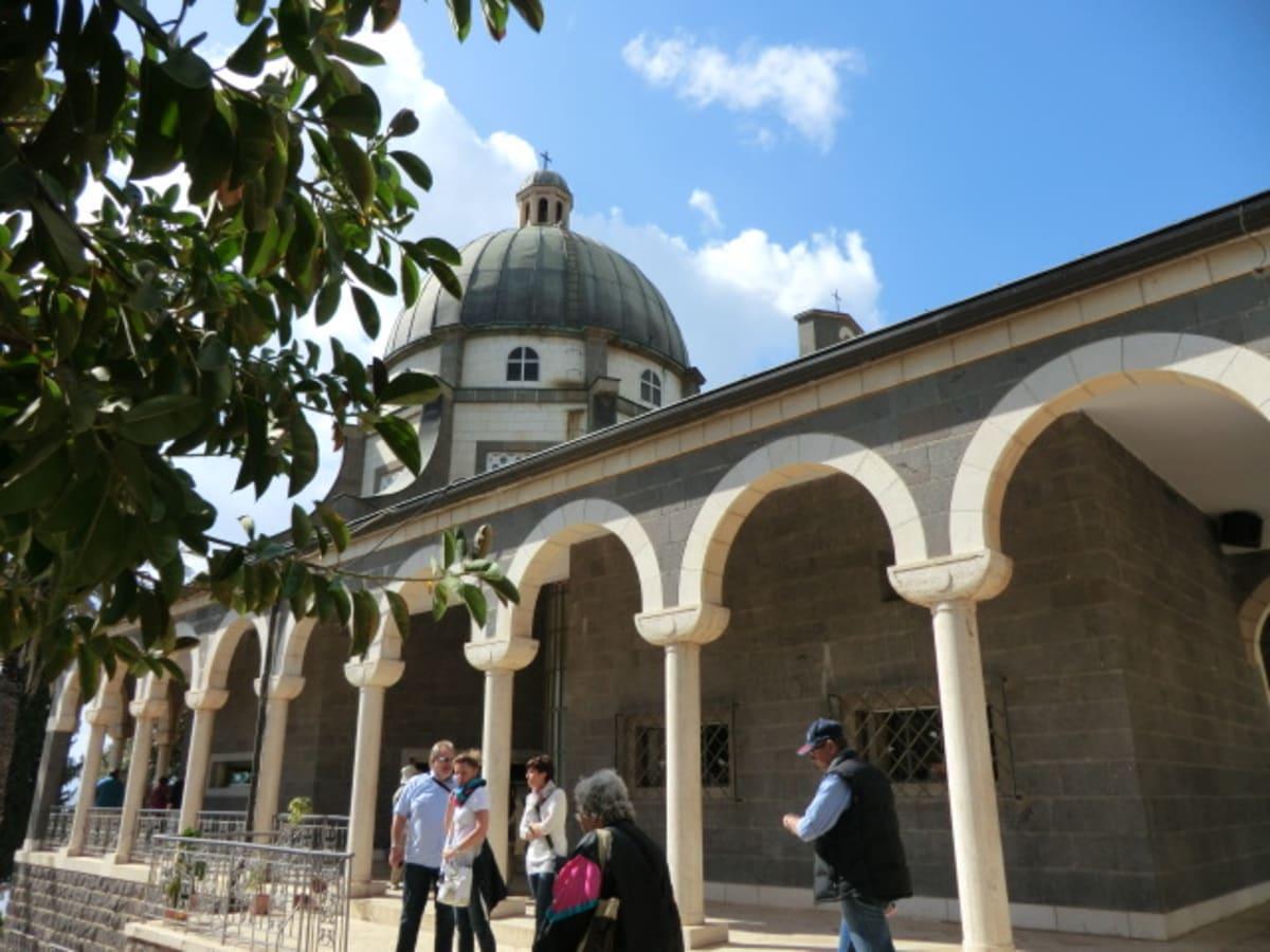 山上の垂訓教会 ガリラヤ湖北西部のタプハにあります。イエスの最も有名で重要な説教がなされた地で、また、イエスが12使徒を選んだ場所だといわれています。ガリラヤ湖が見渡せる丘の頂上の八角形の教会です。この場所にはビザンチン教会がありましたが、1936年にイタリヤ人によって建てられました。新しい感じがします。現在はフランシスコ会の修道女によって管理されています。修道女巡礼のための宿舎があります。内部には8つの垂訓のフレーズがラテン語で書かれていました。 | ハイファ / テルアビブ