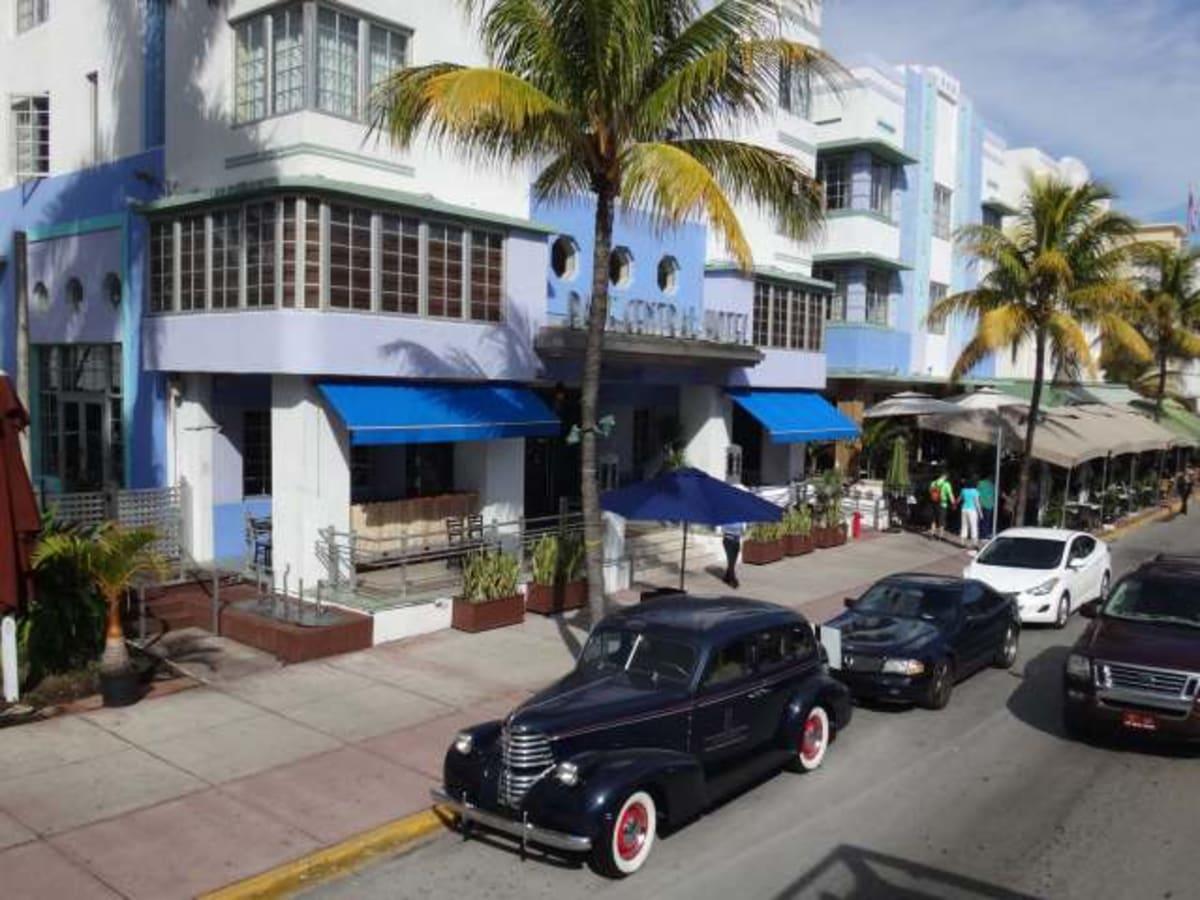 アールデコ様式の建物が並ぶ地区です。ホップオン・ホップオフの2階建てバスを使いました。 | マイアミ(フロリダ州)