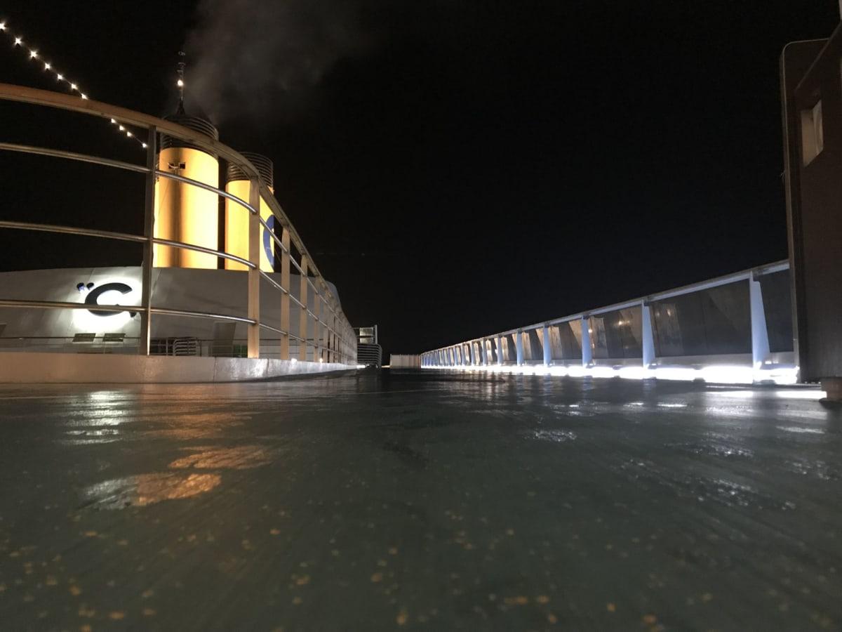 夜の甲板。ランニングコースになってます | 客船コスタ・ネオロマンチカの船内施設