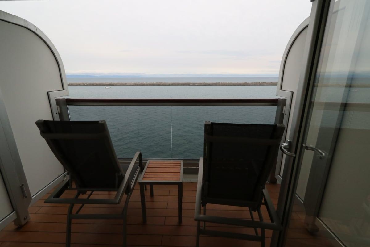 バルコニーには椅子とテーブル   客船クイーン・エリザベスの客室