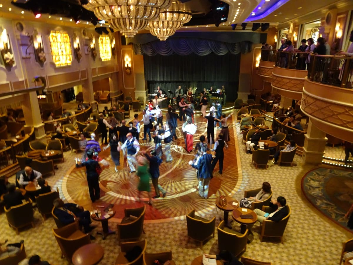 ダンスタイムにおけるクイーンズルームの風景 | 客船クイーン・エリザベスの乗客、クルー、アクティビティ