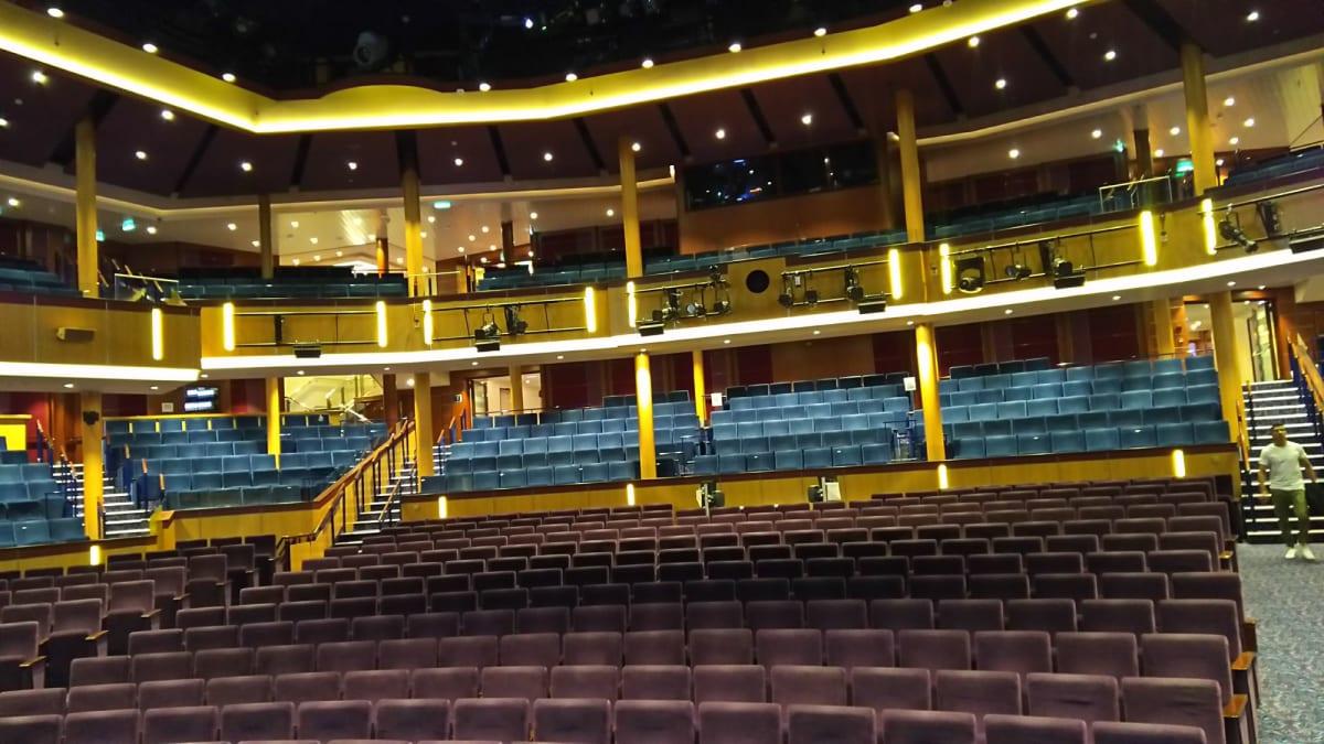Royaltheaterの舞台上から見た客席。バックステージツアーに招待されて参加してきました。 | 客船オベーション・オブ・ザ・シーズの船内施設