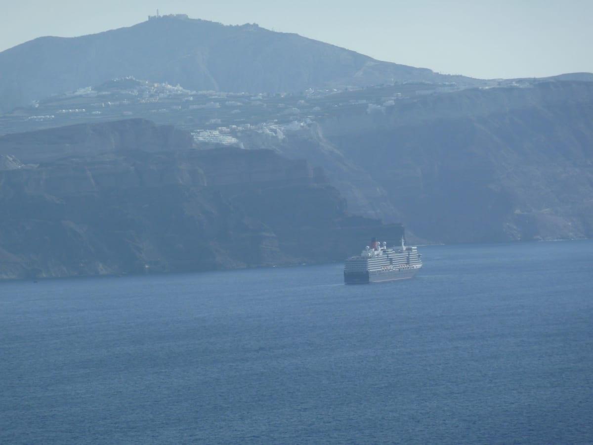 サントリーニ島はフィラからのQE | サントリーニ島での客船クイーン・エリザベス