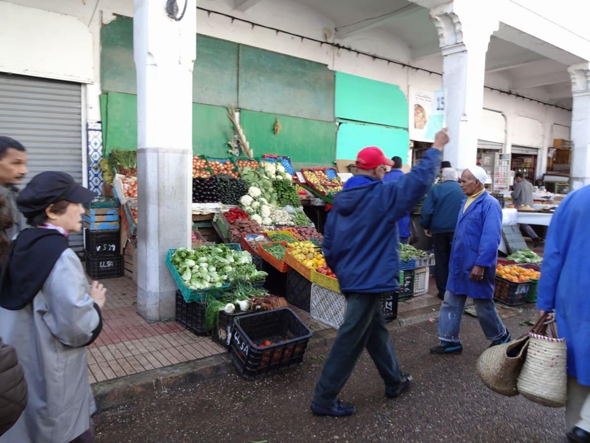 赤い帽子のガイドさんに先導されて、カサブランカの市内観光。 | カサブランカ