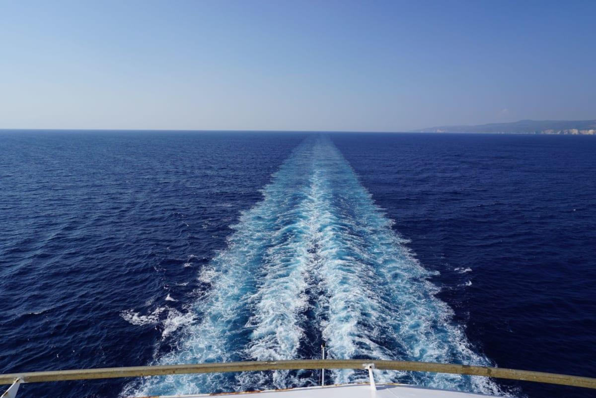 航跡を眺めながらのんびり船旅を楽しみます。