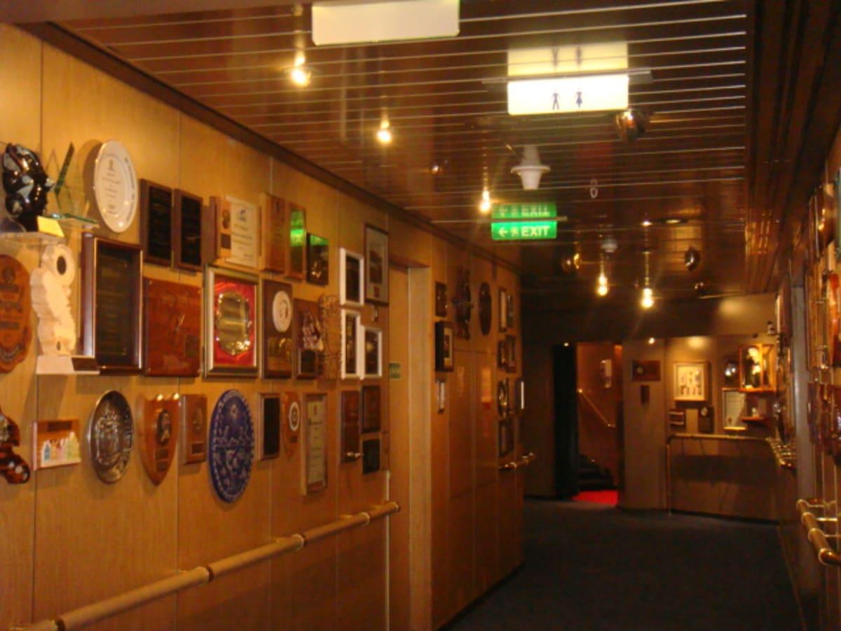 落ち着いた内装の船内回廊に寄港地プレート。 | 客船フォーレンダムの船内施設