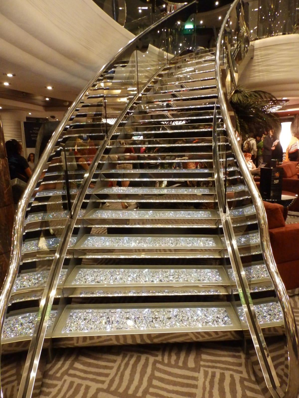 先月のコスタは南イタリアの華やかさ! MSCは北イタリアのシックでエレガンスなインテリア😜どちらもステキ🤗 アトリュームのスワロフスキーをちりばめた階段はフォーマルナイトでおめかししてのオシャレなフォトスポット💃