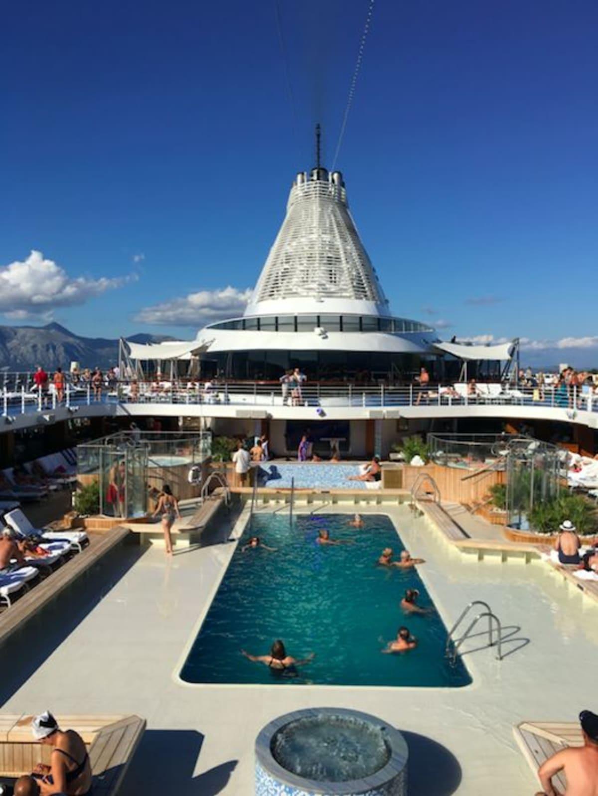 船上では、ゆったりとした時間を過ごすことができます。 | 客船リビエラの外観、船内施設