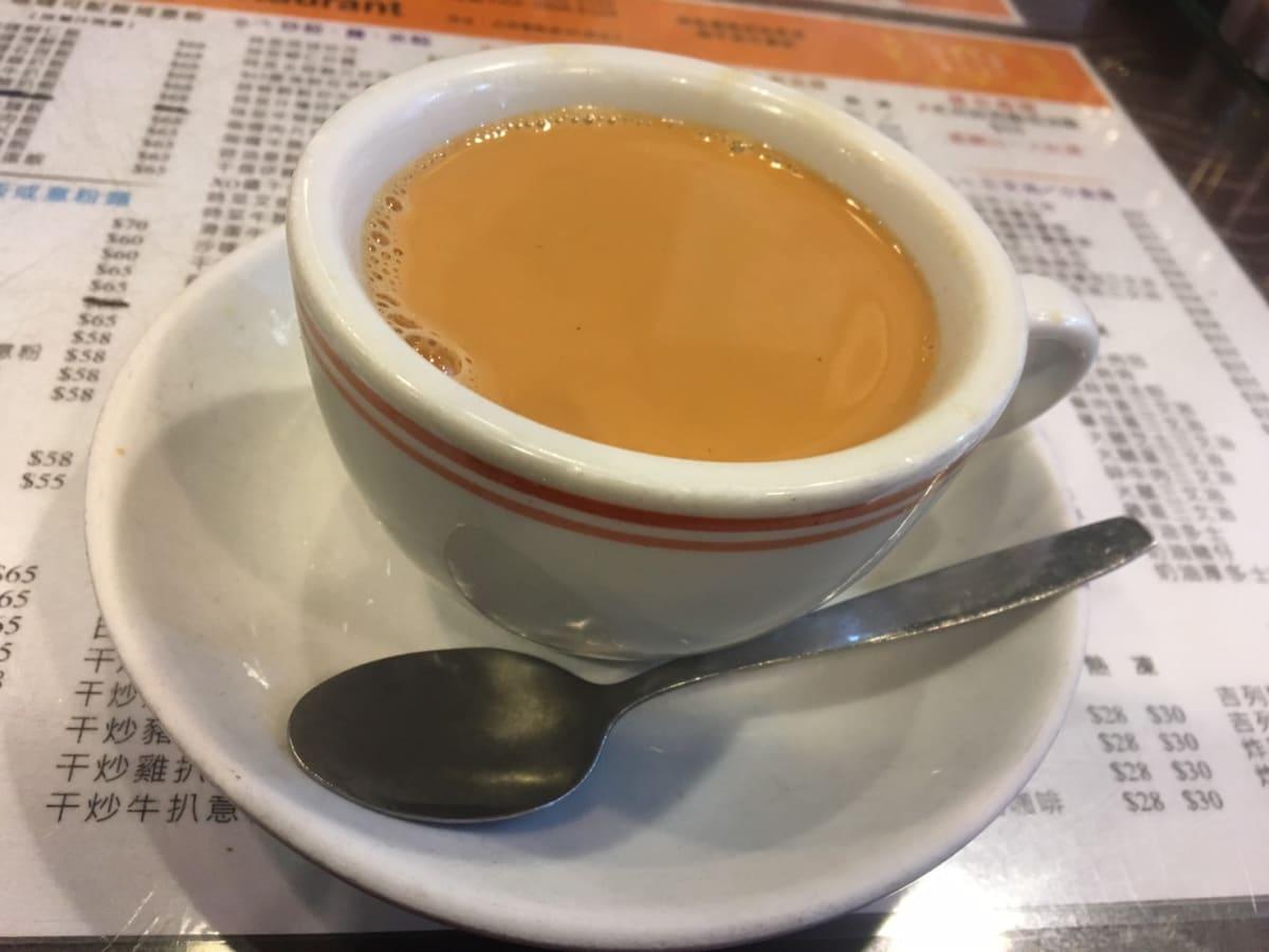 -香港島のファストフード店–   香港の朝は濃いミルクティーから始まるようです。 | 香港