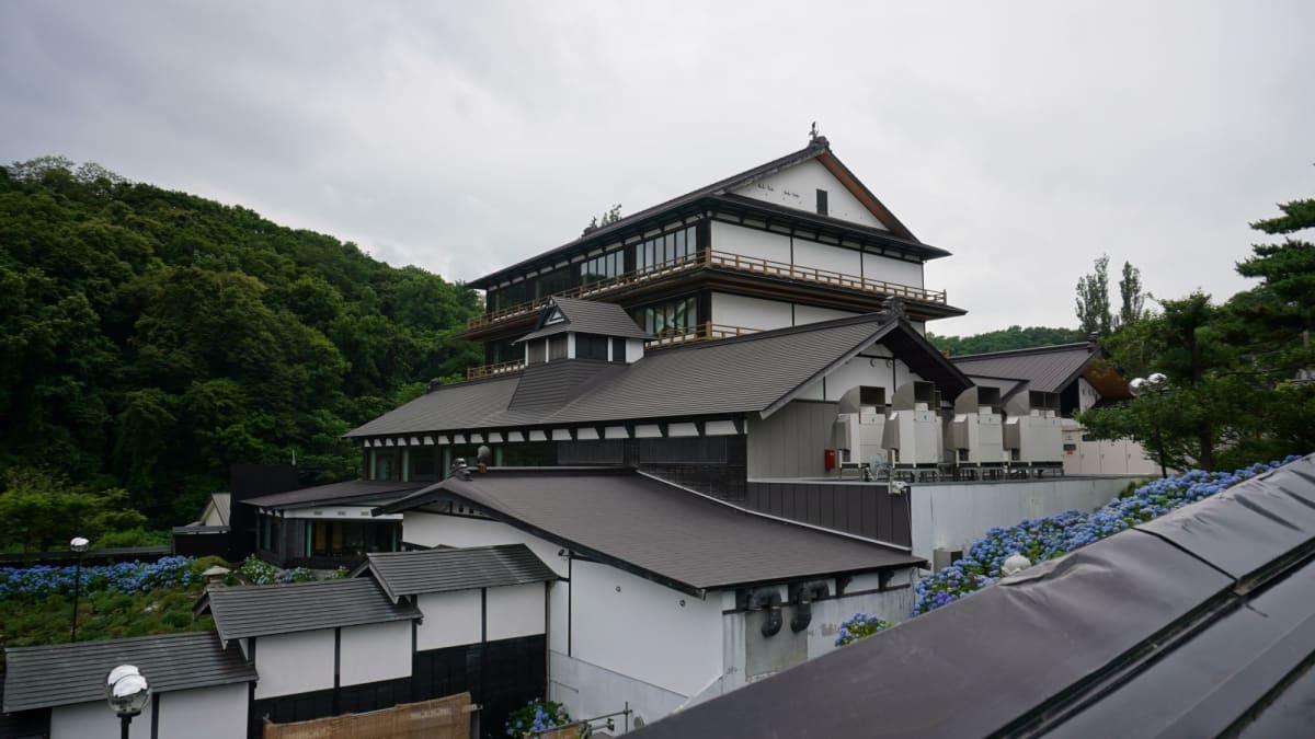 塀の外側から撮影した貴賓館の外観です   小樽