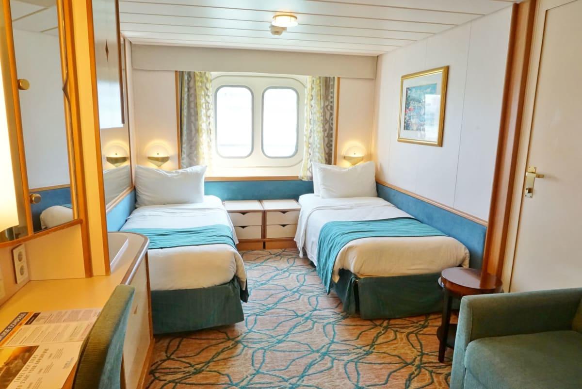 2N/海側客室のコネクティングルーム。 広々としていて機能的。 RCIにしては初めてベッドが低めでMサイズのスーツケースをベッドの下に仕舞えずクローゼットに仕舞うことになった。 | 客船ラプソディ・オブ・ザ・シーズの客室
