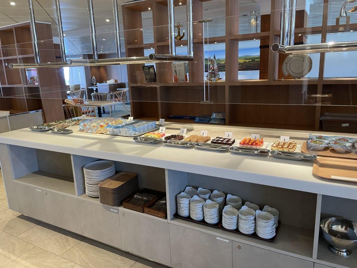 リドカフェも新しくなっています。置いてあるケーキなどはスタッフの方が持って来てくださいます。