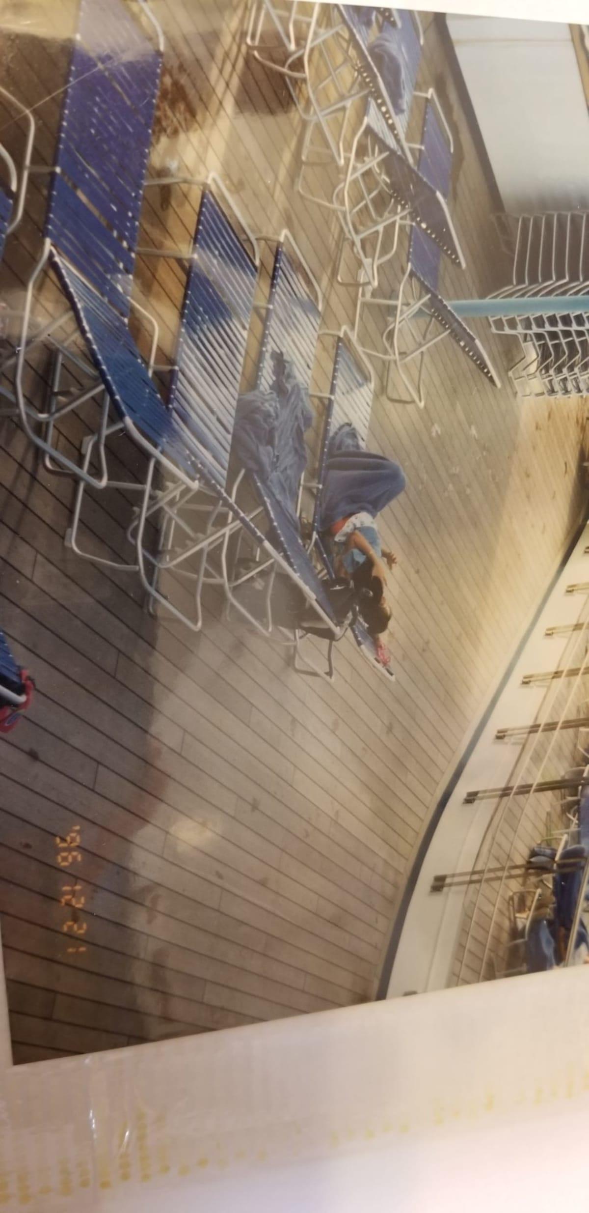 デッキで日光浴 | 客船カーニバル・デスティニーの船内施設