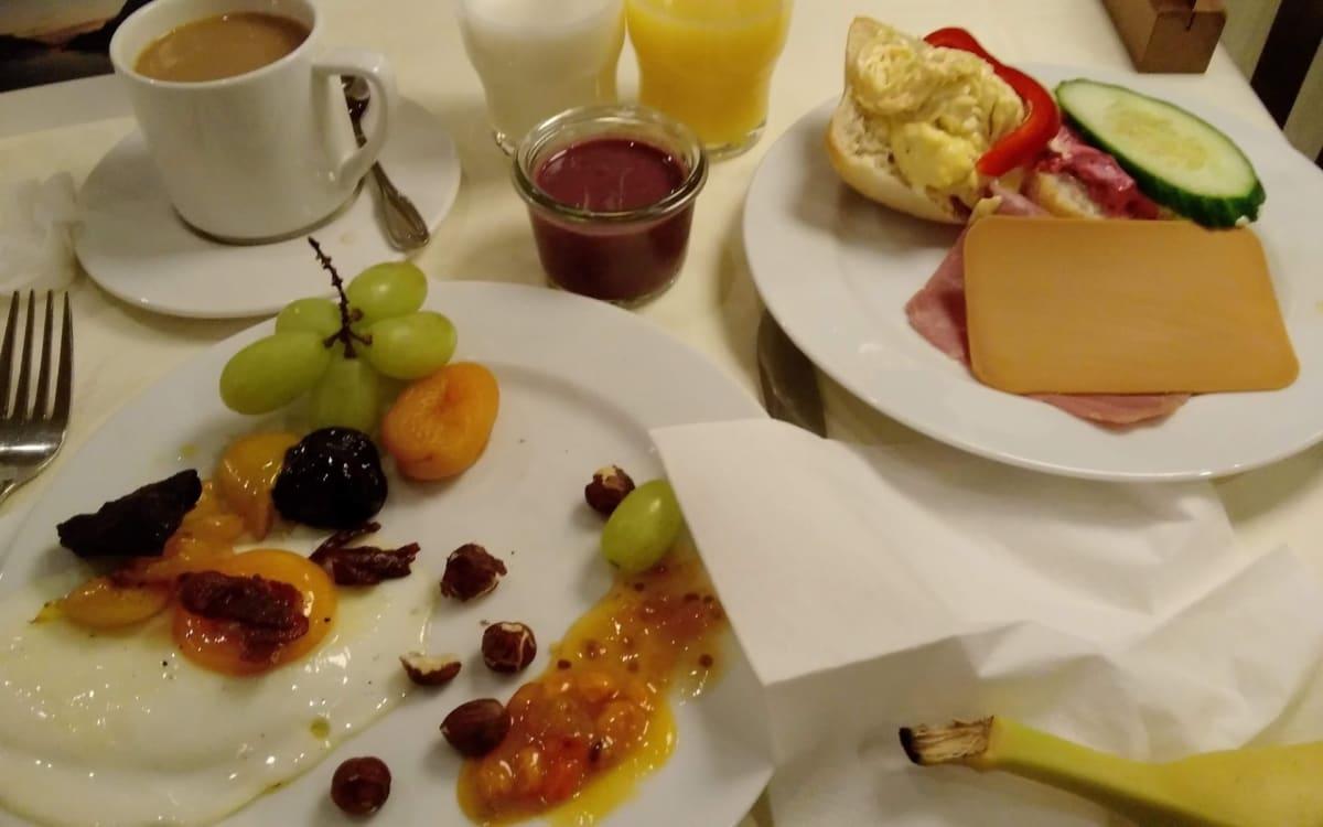 ある日の朝食。目玉焼き、ナッツ類や珍しいクラウドベリー(栄養豊富)、ブラウンチーズ、スムージー、ミルク、ジュース、コーヒーなど