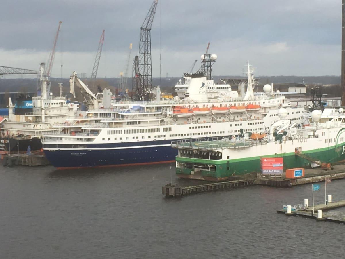 アムステルダムは、北海油田のベース基地にもなっており、色々な作業船のメンテナンスを行う造船所があります。そこに、CMVのMarco Poloが停まっていました。https://cruisemans.com/ships/190   アムステルダムでの客船マルコ・ポーロ