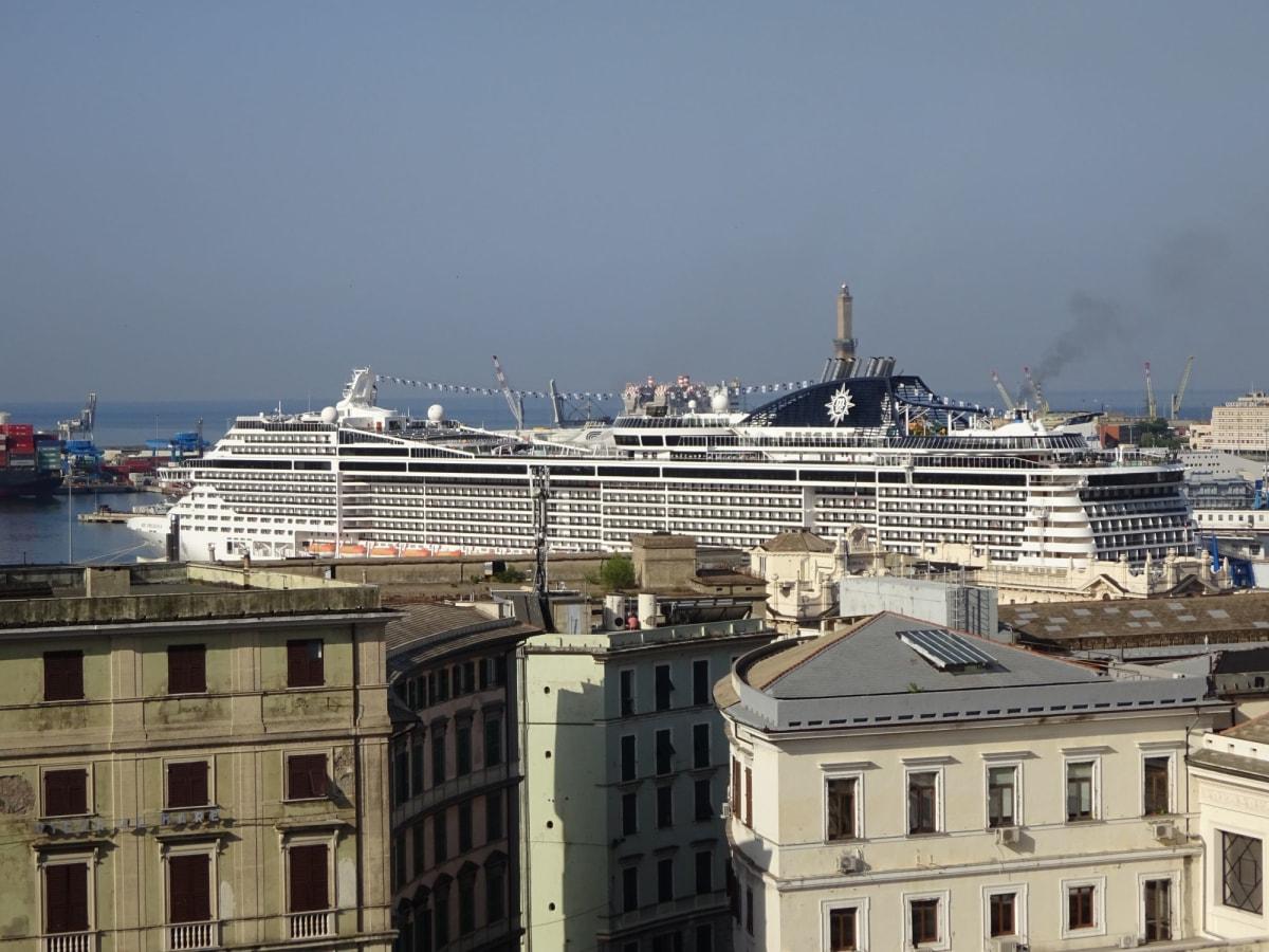 朝起きたらGenova の宿泊したホテル から大きなMSCが見える!   ジェノヴァでの客船MSCプレチオーサ