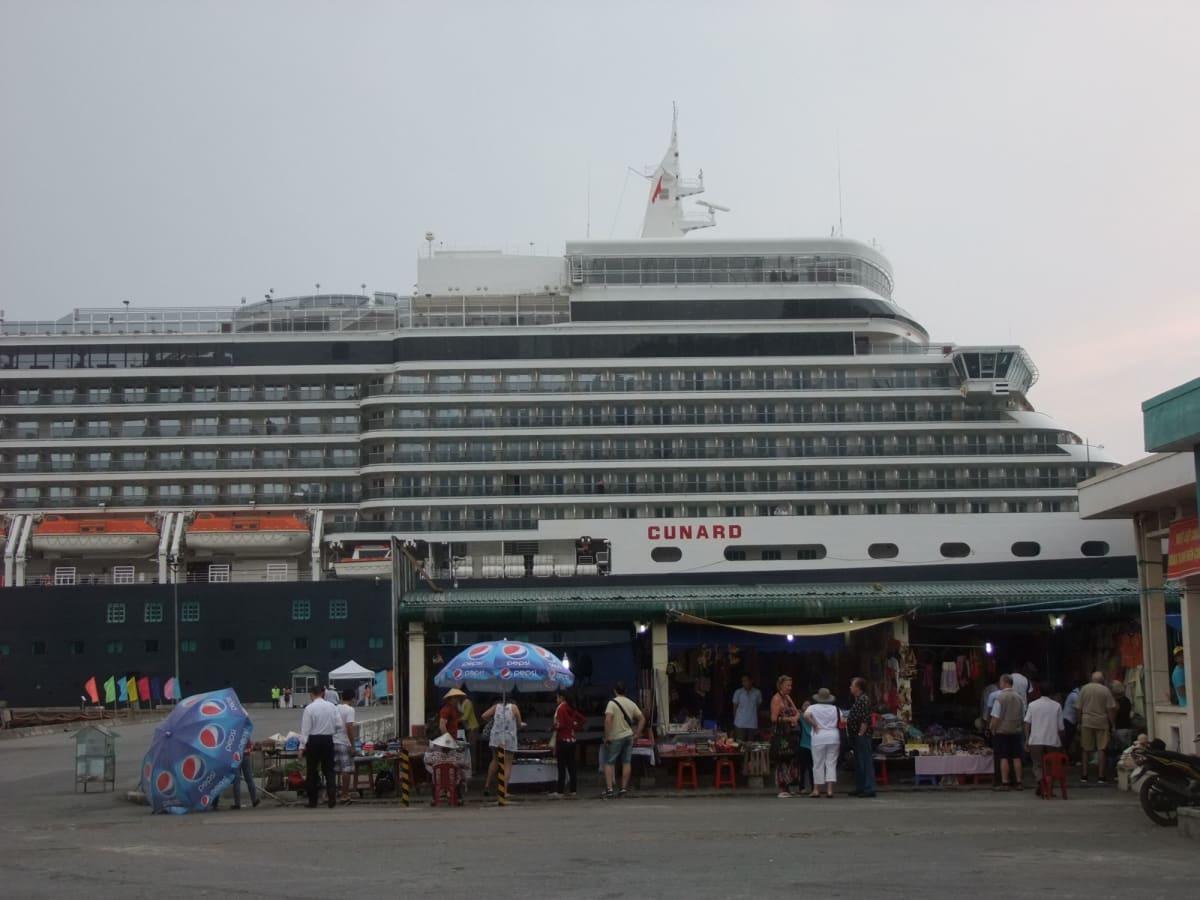 客船クイーン・エリザベスの外観