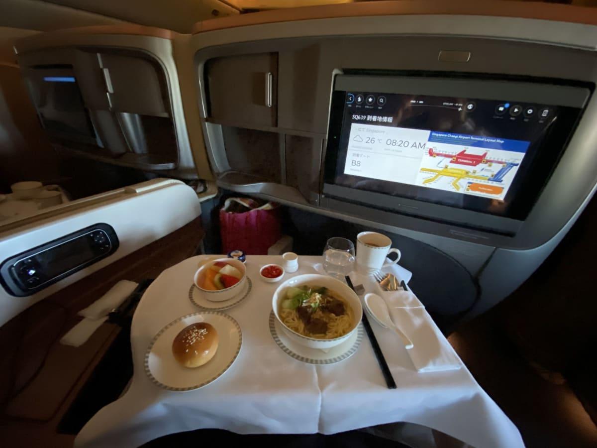 羽田発シンガポールエアライン・ビジネスクラス。機内食はブックザクックで予めオーダーしておいたものを、起床後に運んでもらいました。美味しかったです☺️